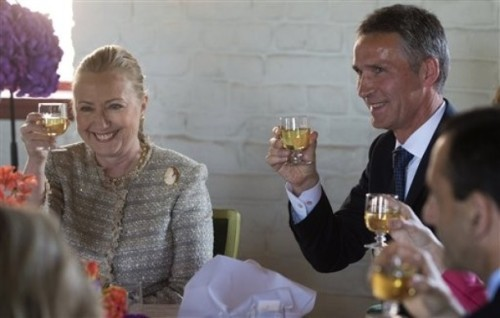 Norway's Prime Minister Jens Stoltenberg, right, of Norway and US Secretary of State Hillary Rodham Clinton toast during lunch following meetings at Akershus Castle in Oslo, Norway, Friday June 1, 2012.  Clinton is in Norway to addresses a global health conference on the second leg of a Scandinavian tour. (AP Photo / Saul Loeb)