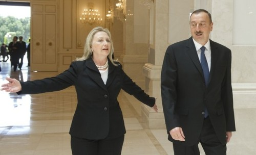 Azeri President Ilham Aliyev (R) and US Secretary of State Hillary Clinton walk to meetings at the presidential Zagulba residence in Baku on June 6, 2012.         AFP PHOTO / POOL / Saul LOEB        (Photo credit should read SAUL LOEB/AFP/GettyImages)