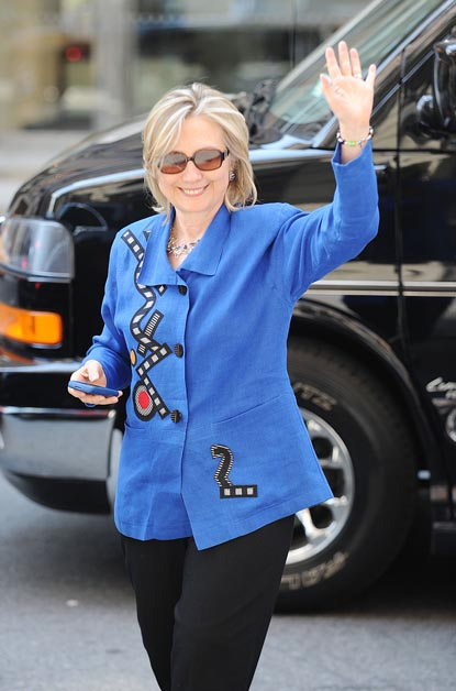 Hillary Clinton arrives at soon_to_married daughter Chelsea_s apartment in New York