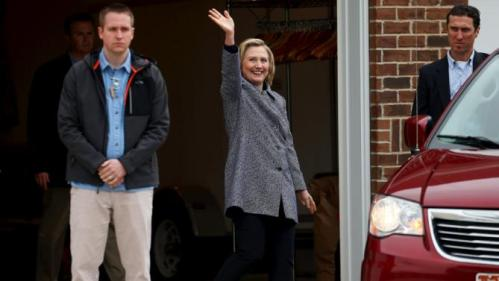 U.S. presidential candidate Hillary Clinton waves as she leaves a campaign event in Mason City, Iowa, United States, May 18, 2015.    REUTERS/Jim Young