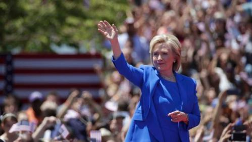 """U.S. Democratic presidential candidate Hillary Clinton waves before she delivers her """"official launch speech"""" at a campaign kick off rally in Franklin D. Roosevelt Four Freedoms Park on Roosevelt Island in New York City, June 13, 2015. REUTERS/Brendan McDermid"""