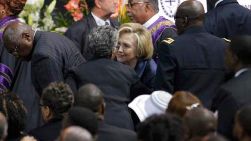 U.S. Democratic presidential candidate Hillary Clinton talks with mourners after funeral services for the Rev. Clementa Pinckney in Charleston South Carolina June 26, 2015. Pinckney was one of nine victims of a mass shooting at the Emanuel African Methodist Episcopal Chruch. REUTERS/Brian Snyder