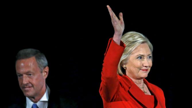 U.S. Democratic presidential candidates Hillary Clinton and Martin O'Malley (L) arrive for the Iowa Democratic Party's Hall of Fame dinner in Cedar Rapids, Iowa, United States, July 17, 2015. REUTERS/Jim Young