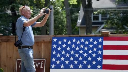Dave Rudrud from LaCross, Wi. waits for the arrival of Democratic U.S. presidential candidate Hillary Clinton before she speaks to supporters at the home of Sean and Vidyha Bagniewski in the Beaverdale area of Des Moines, Iowa  July, 25, 2015. REUTERS/Brian C. Frank