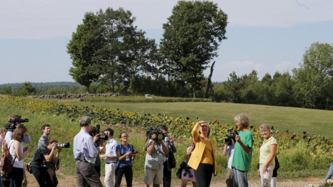 Democratic presidential candidate Hillary Clinton visits Dimond Hill Farm in Hopkinton, New Hampshire July 28, 2015.  REUTERS/Brian Snyder