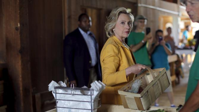 Democratic presidential candidate Hillary Clinton picks out fresh corn during a visit to Dimond Hill Farm in Hopkinton, New Hampshire July 28, 2015.  REUTERS/Brian Snyder