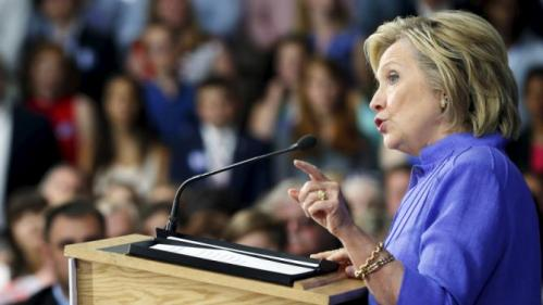 U.S. Democratic presidential candidate Hillary Clinton speaks at a campaign town hall meeting in Exeter, New Hampshire August 10, 2015. Clinton spoke about her plans to make college more affordable.    REUTERS/Brian Snyder