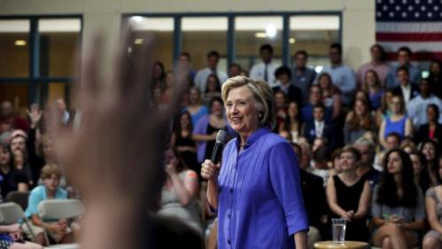 U.S. Democratic presidential candidate Hillary Clinton takes a question from the audience during a campaign town hall meeting in Exeter, New Hampshire August 10, 2015. Clinton spoke about her plans to make college more affordable.    REUTERS/Brian Snyder