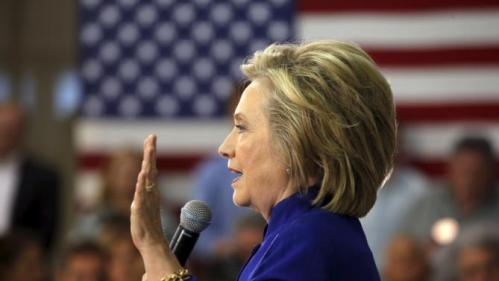 U.S. Democratic presidential candidate Hillary Clinton holds a campaign town hall meeting in Claremont, New Hampshire August 11, 2015.   REUTERS/Brian Snyder