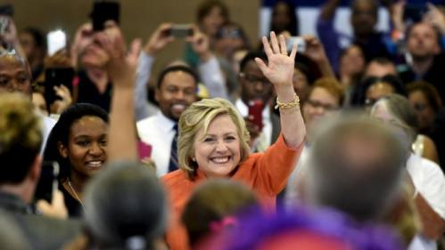 Democratic presidential candidate Hillary Clinton waves to the audience before she speaks at a town hall meeting in Las Vegas, Nevada August 18, 2015. REUTERS/David Becker