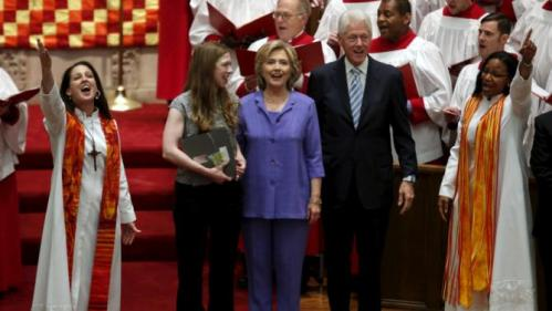 U.S. Democratic presidential candidate Hillary Clinton (C) stands between former U.S. President Bill Clinton and their daughter Chelsea as they attend the Foundry United Methodist Church's bicentennial service in Washington September 13, 2015. REUTERS/Yuri Gripas