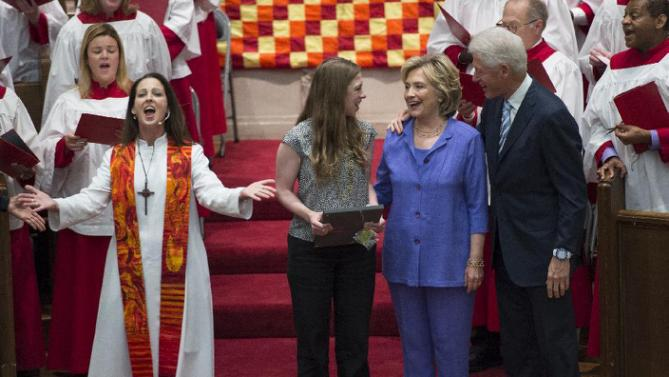 Democratic presidential candidate Hillary Rodham Clinton, her daughter Chelsea, second from left, and husband, former President Bill Clinton, sing while attending the Foundry United Methodist Church for their Bicentennial Homecoming Celebration, in Washington, Sunday, Sept. 13, 2015. During Bill Clinton's presidency, the Clintons worshipped and participated regularly at Foundry. Also pictured is Rev. Ginger Gaines-Cirelli, left. (AP Photo/Molly Riley)