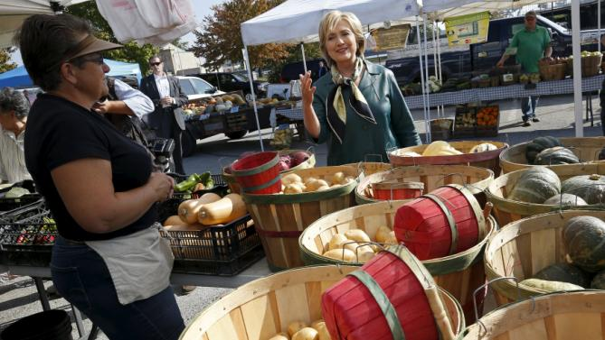 U.S. Democratic presidential candidate Hillary Clinton shops at a farmer's market in Davenport, Iowa October 6, 2015.    REUTERS/Jim Young