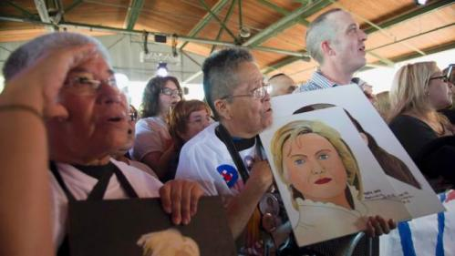 """REFILE CORRECTING SPELLING OF MONSIVAIZEsther Alvarado (L) and Maria Anita Monsivaiz (C) recite the pledge of allegiance while waiting for Democratic U.S. presidential candidate Hillary Clinton to speak during a """"Latinos for Hillary"""" rally in San Antonio, Texas October 15, 2015. REUTERS/Darren Abate"""