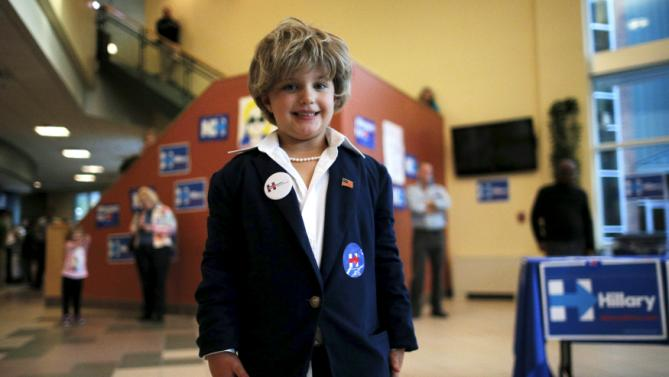 """Five-year-old Ashlyn Baugher, dressed in her Halloween costume as U.S. Democratic presidential candidate Hillary Clinton, poses for photographs at a campaign """"Meet and Greet"""" in Nashua, New Hampshire October 16, 2015. REUTERS/Brian Snyder"""