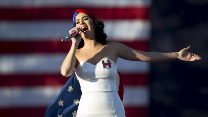 Entertainer Katy Perry sings during a campaign rally for Democratic presidential candidate Hillary Clinton with her husband Bill Clinton in Des Moines, Iowa, October 24, 2015. REUTERS/Scott Morgan