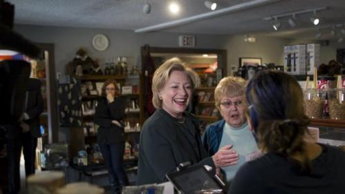 U.S. Democratic presidential candidate and former Secretary of State Hillary Clinton (C) visits White Mountain Cafe in Gorham, New Hampshire October 29, 2015. REUTERS/Katherine Taylor