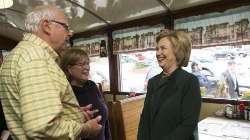 U.S. Democratic presidential candidate and former Secretary of State Hillary Clinton talks with customers at the Littleton Dinner in Littleton, New Hampshire October 29, 2015.   REUTERS/Katherine Taylor