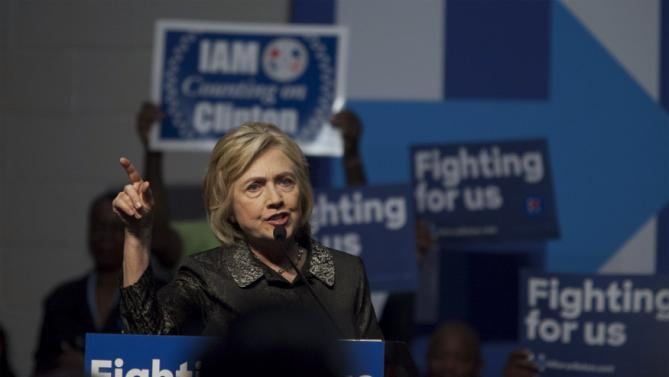U.S. Democratic presidential candidate Hillary Clinton makes a point to supporters during a speech to members of The International Longshoremen's Association in Charleston, South Carolina, October 31, 2015.  REUTERS/Randall Hill