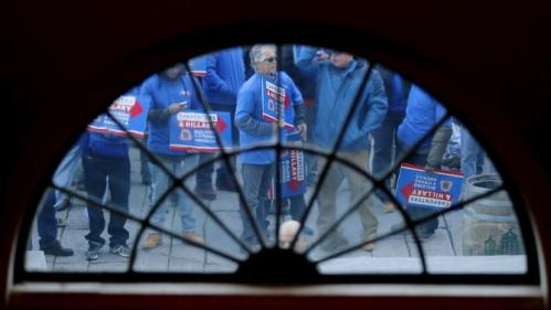 Supporters of U.S. Democratic presidential candidate Hillary Clinton wait in line to enter Faneuil Hall for a campaign rally in Boston, Massachusetts November 29, 2015. REUTERS/Brian Snyder