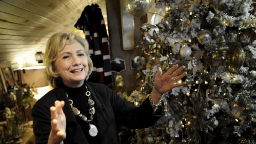 U.S. Democratic presidential candidate Hillary Clinton encourages the press corps to join her in shopping for Christmas items in a gift shop at Community Orchard in Fort Dodge, Iowa December 4, 2015. REUTERS/Mark Kauzlarich