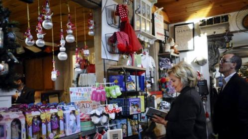 U.S. Democratic presidential candidate Hillary Clinton (2nd R) shops with U.S. Labor Secretary Thomas Perez in a gift shop at Community Orchard in Fort Dodge, Iowa December 4, 2015. REUTERS/Mark Kauzlarich