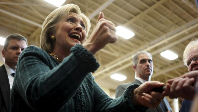 U.S. Democratic presidential candidate Hillary Clinton gives a thumbs up to a supporter at a campaign event in Marshalltown, Iowa, January 26, 2016.   REUTERS/Rick Wilking      TPX IMAGES OF THE DAY