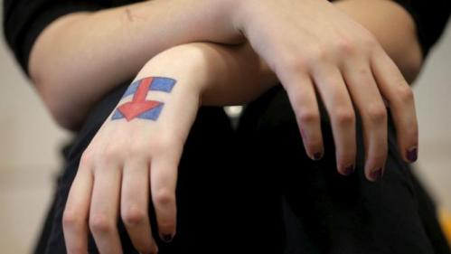 Jennette Resch has the campaign logo of U.S. Democratic presidential candidate Hillary Clinton drawn on her hand during a campaign stop at the Berg Middle School in Newton, Iowa January 28, 2016. REUTERS/Brian Snyder