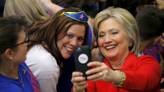 "An audience member poses for a photograph with U.S. Democratic presidential candidate Hillary Clinton during a ""Get Out to Caucus"" rally in Cedar Rapids, Iowa January 30, 2016.  REUTERS/Brian Snyder"