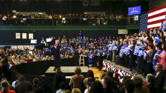 U.S. Democratic presidential candidate Hillary Clinton leads a campaign rally at Nashua Community College, in Nashua, New Hampshire February 2, 2016.  REUTERS/Adrees Latif