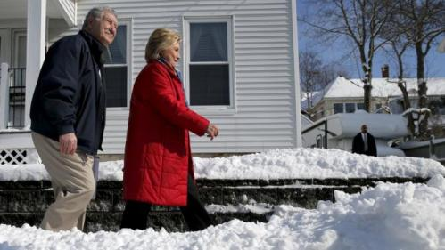U.S. Democratic presidential candidate Hillary Clinton canvasses door-to-door with New Hampshire State Senator Lou d'Allesandro to greet voters in a neighborhood in Manchester, New Hampshire February 6, 2016. REUTERS/Brian Snyder