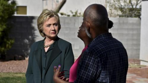 U.S. Democratic presidential candidate Hillary Clinton (L) meets with homeowners Vicki Early and Tyrone Hych to discuss their solar panels in Las Vegas, Nevada February 19, 2016. REUTERS/David Becker