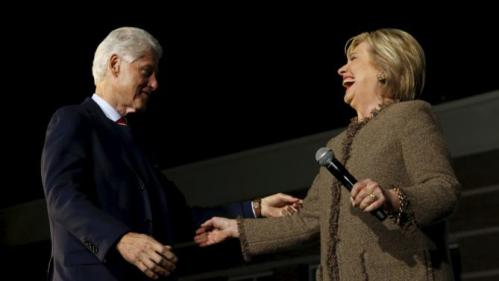 Former U.S. President Bill Clinton (L-R) campaigns for his wife Democratic presidential candidate Hillary Clinton as she rallies with supporters at an outdoor plaza in Columbia, South Carolina February 26, 2016. REUTERS/Jonathan Ernst