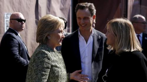 U.S. Democratic presidential candidate Hillary Clinton (L) stops with actor Tony Goldwyn (C) and Nashville Mayor Megan Barry (R) to greet people at Fido coffee shop in Nashville, Tennessee February 28, 2016. REUTERS/Jonathan Ernst