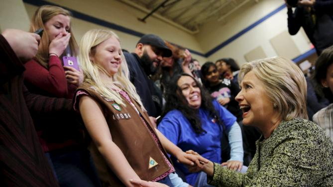 Democratic U.S. presidential candidate Hillary Clinton greets supporters during a campaign rally in Vernon Hills, Illinois March 10, 2016. REUTERS/Carlos Barria