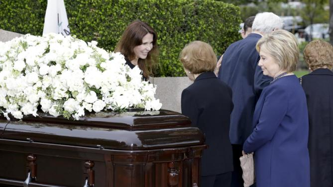 Patti Davis, left, greets Rosalynn Carter as Hillary Clinton looks at the casket during the graveside service for Nancy Reagan at the Ronald Reagan Presidential Library, Friday, March 11, 2016 in Simi Valley, Calif. (AP Photo/Chris Carlson)