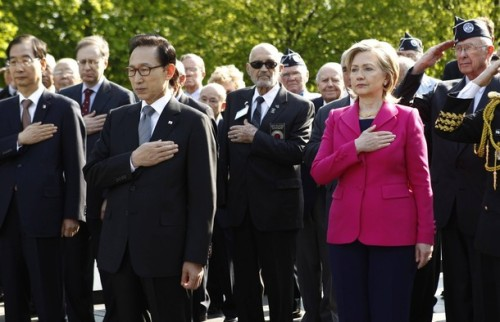 South Korea's President Lee Myung-bak (2nd L) and U.S. Secretary of State Hillary Clinton (2nd R) lay a wreath at the Korean War Memorial on the 60th Anniversary of the Korean War in Washington April 12, 2010. REUTERS/Kevin Lamarque (UNITED STATES - Tags: ANNIVERSARY POLITICS)