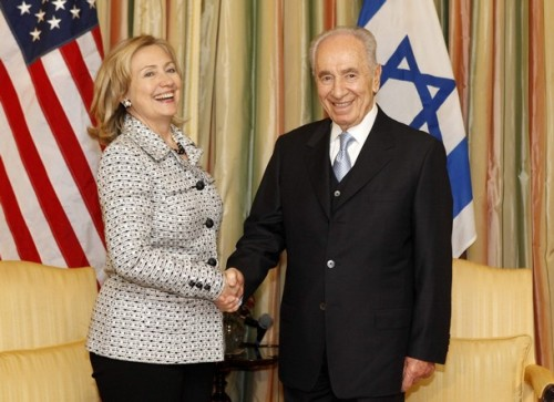 U.S. Secretary of State Hillary Clinton (L) meets Israeli President Shimon Peres at Blair House in Washington April 4, 2011. REUTERS/Kevin Lamarque (UNITED STATES - Tags: POLITICS)