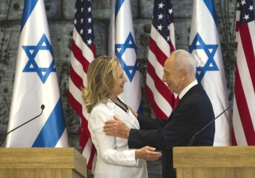 Israel's President Shimon Peres (R) and U.S. Secretary of State Hillary Clinton smile at each other after their joint statements in Jerusalem July 16, 2012. Clinton and Israeli officials will discuss on Monday Egypt's political upheaval, Iran's nuclear program and the stymied Israeli-Palestinian peace process. REUTERS/Ronen Zvulun (JERUSALEM - Tags: POLITICS)