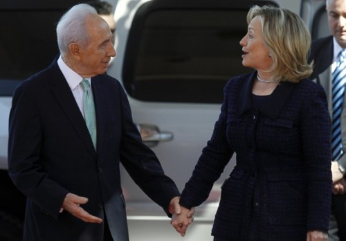 U.S. Secretary of State Hillary Clinton (R) speaks with Israel's President Shimon Peres (L) upon her arrival for their meeting at the president's residence in Jerusalem September 15, 2010. Israeli Prime Minister Benjamin Netanyahu and Palestinian President Mahmoud Abbas hold a second day of talks on Wednesday to try to overcome a row over Jewish settlement building that could sink their push for peace. REUTERS/Ronen Zvulun (JERUSALEM - Tags: POLITICS)